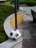 JR韮崎駅 サッカーボールのモニュメント