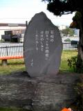 JR韮崎駅 韮崎の白きペンキの駅標に~
