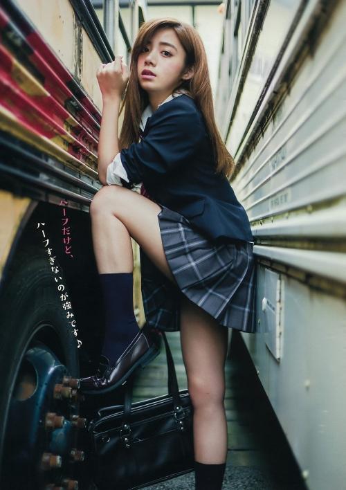 池田エライザの制服ミニスカからセクシー太ももグラビア