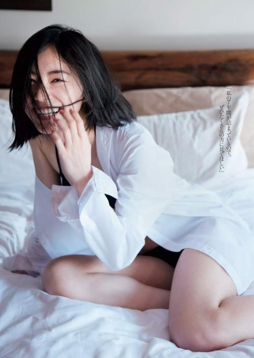 ベッドの上で白ワイシャツの松井珠理奈画像