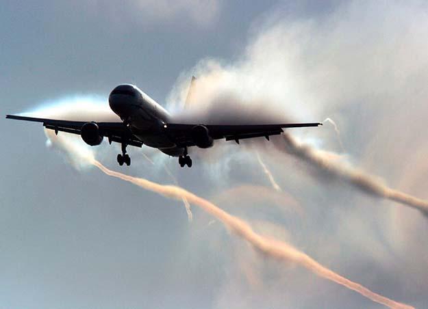 飛行機は墜落