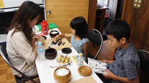 5お母さんと囲碁打つ5歳の女の子