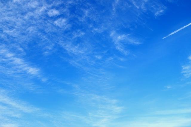 秋空と飛行機雲