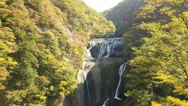 紅葉前の袋田の滝