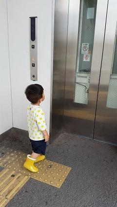 次男くんエレベーター待ち