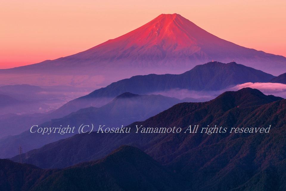 「雁ガ腹摺山から赤富士遠望」