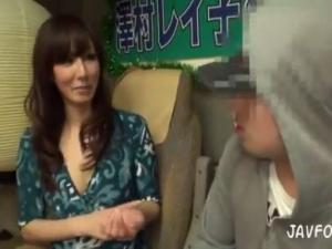 長身美熟女の誘惑痴女責めに射精を我慢出来たら中出し出来ちゃう?!澤村レイコ