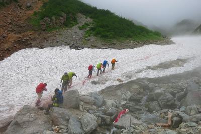間もなく雪渓歩きも終わり