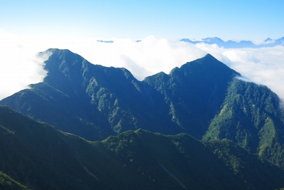 針ノ木岳から望む北葛岳(左)と七倉岳(右)