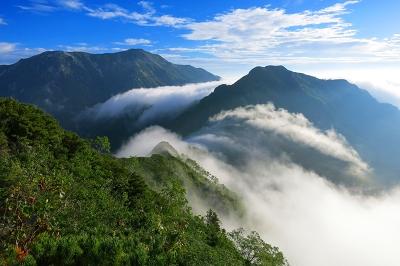 七倉岳から望む蓮華岳(左)と北葛岳(右)