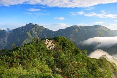 七倉岳から望む針ノ木岳(左)と蓮華岳(右)
