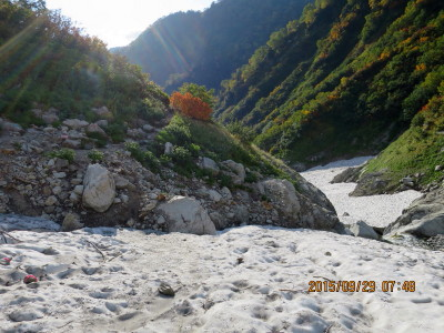 (13H)長次郎谷を過ぎた雪渓が狭くなった所_1