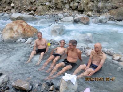 (4H)川の底から湧いている河原の露天風呂_1