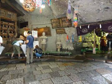 銭洗い弁財天の銭洗い場