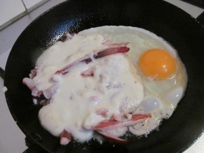 フライパンの半分で卵