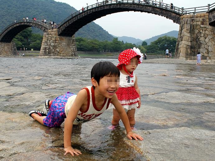 錦帯橋のたもとで水遊び