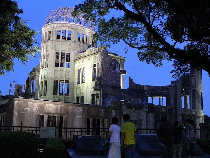 夕闇の中の原爆ドーム