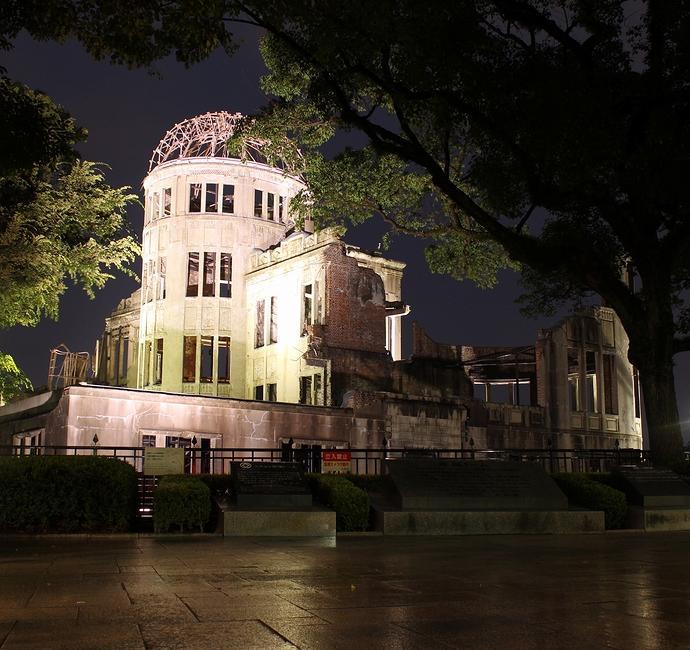 ライトアップされた広島原爆ドーム