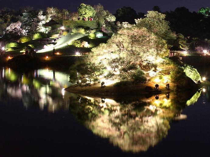 沢の池に浮かぶ砂利島と唯心山(岡山後楽園ライトアップ)