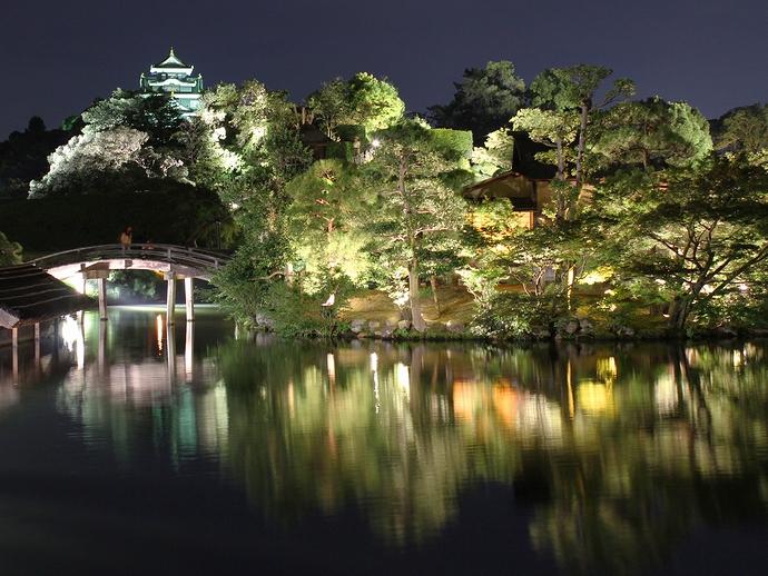 後楽園「幻想庭園」 沢の池の中の島と岡山城天守閣