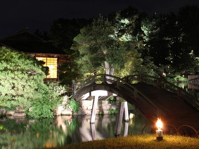 中の島へ架かる「太鼓橋」 (岡山後楽園ライトアップ「幻想庭園」にて)