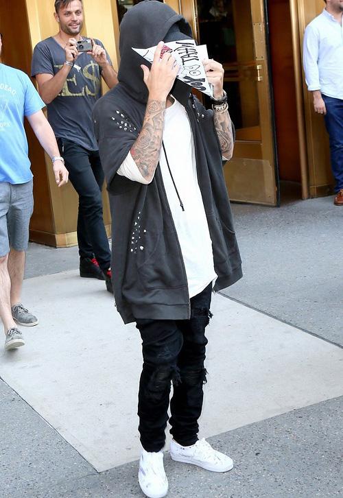 ジャスティン・ビーバー(Justin Bieber):アール・サーティーン(R13)トップマン(Topman)アミリ(Amiri)バンズ(Vans)
