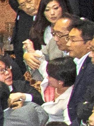 9月18日 産経 大沼瑞穂議員に手をかける民主党の津田弥太郎