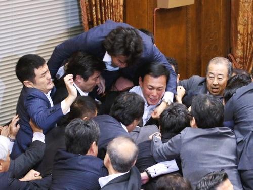 9月17日 朝日 参院特別委での採決02