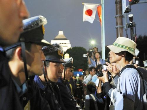 9月19日 朝日 警察、参加者とのにらみ合いが