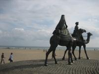 海と月の沙漠の銅像