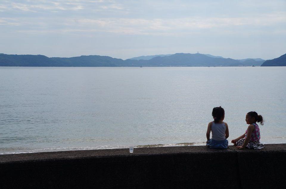 ビーチを眺める少女