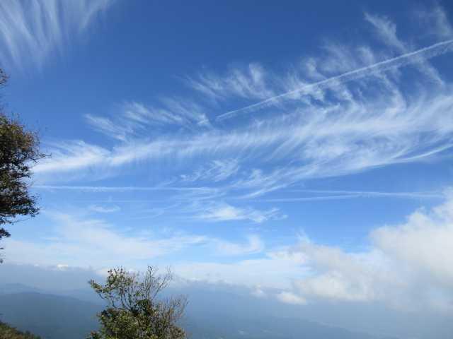 IMG_0226山頂より秋空を仰ぐ