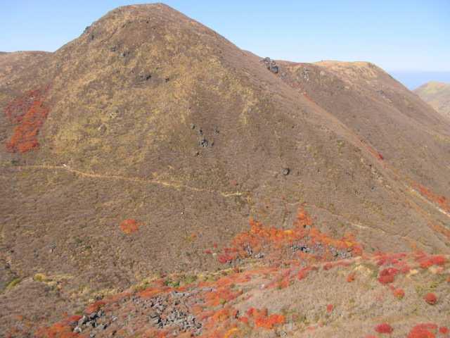 IMG_0100白口岳西端より中岳をみる、通行禁止の白口谷ルートが中腹に見えます