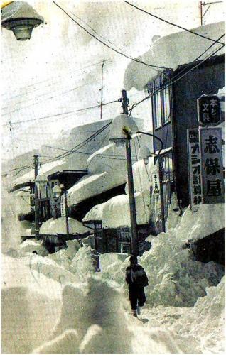 01 500 19640101 雪の上町志保屋書店前