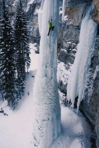 500 04 Ice climbing a waterfall
