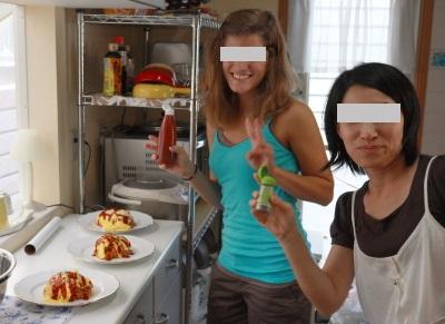 ホストマムとオムレツを作る留学生