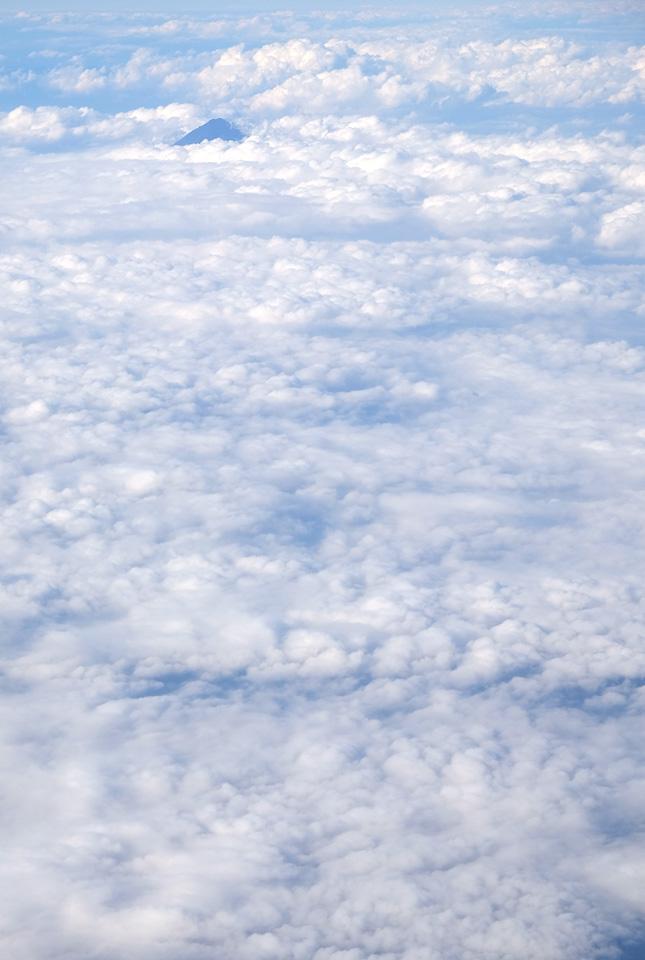 8691 雲に浮かぶ富士 645×960