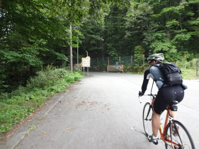 安房峠への登り口