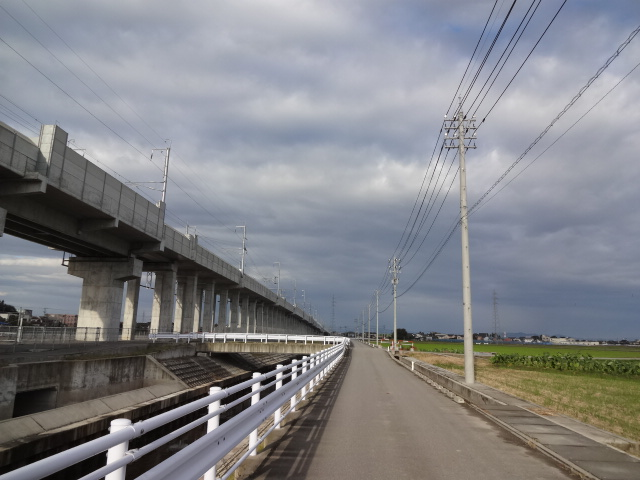 新幹線脇の田んぼ道