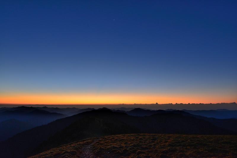 「黎明、群青とオレンジ色鮮やか」 (徳島県剣山)