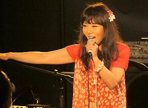 歌唱中の鮎川麻弥