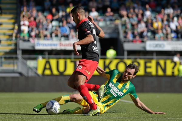 Mike Havenaar in duel met Khalid Karami