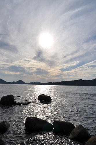 夏至の三ツ石と夕陽