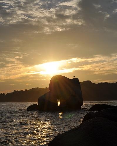 三ツ石と夕陽2