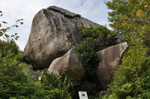 千畳敷岩見上げる