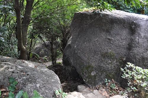 岩の隙間を登っていく