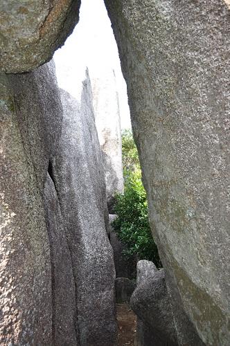 岩の隙間を行く