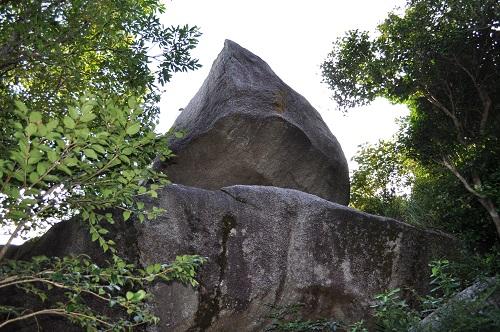 別方向から千畳敷岩を見上げる