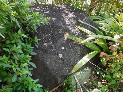 庭の生駒石