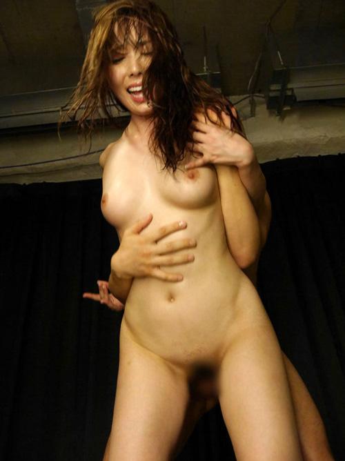 【セックスエロ画像】こんな獣みたいな格好で…奥まで届くと定評な立ち体位(*´Д`)